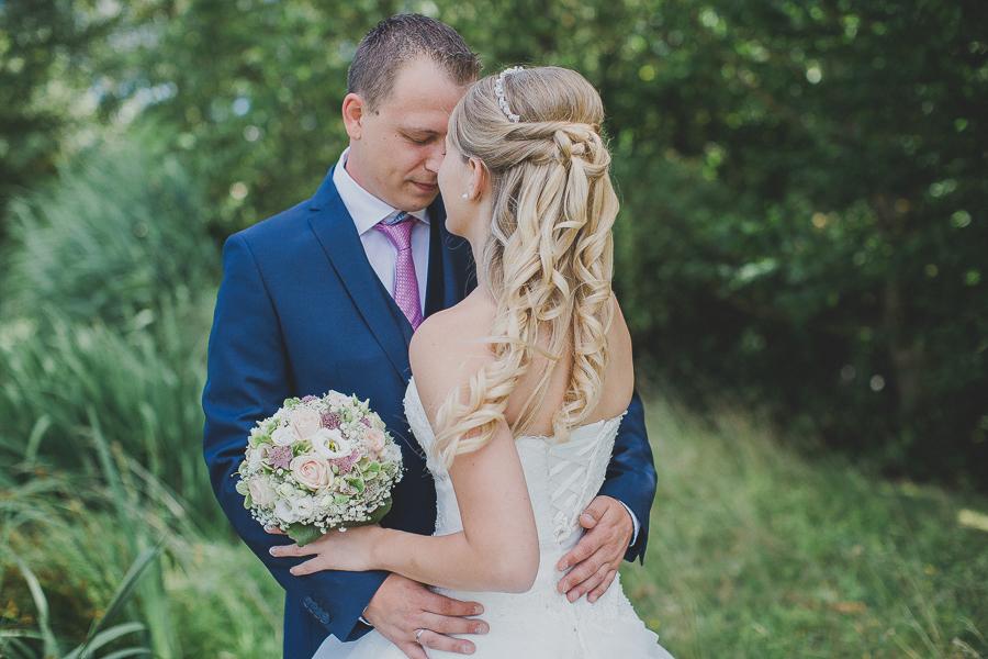 Brautpaar-Hochzeit-Fotos-mit-Hund-Hochzeitsfotografin-Simone-Bauer-Hauzenberg-Passau